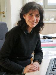 Parvin Niroomand am Schreibtisch im Dekanat; Quelle: Karin Wilke